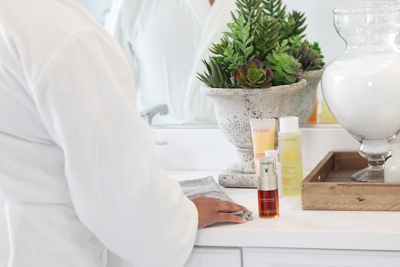 Bookmark this post ASAP! Looking for the BEST serum you can ever add to your skincare routine? See why Makeup Life and Love is OBSESSED with Clarins Double Serum
